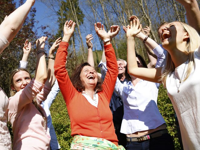 Lachyoga Übung: Lachen aus dem Boden wachsen lassen | Ayurveda Parkschlösschen Health Blog