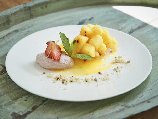 Ayurveda Rezept: Erdbeer-Kardamom-Mousse an Chili-Ananas-Ragout | Ayurveda Parkschlösschen Health Blog
