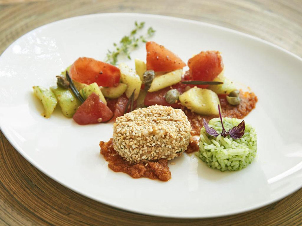 Auberginenbratling in Sesamkruste an Tomaten-Gurkengemüse und Petersilienreis