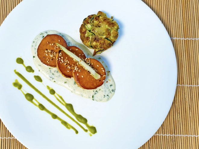 Gebackene Süßkartoffeln mit Zucchinimedaillons auf Joghurt-Petersiliensauce | Ayurveda Rezept im Ayurveda Parkschlösschen Health Blog